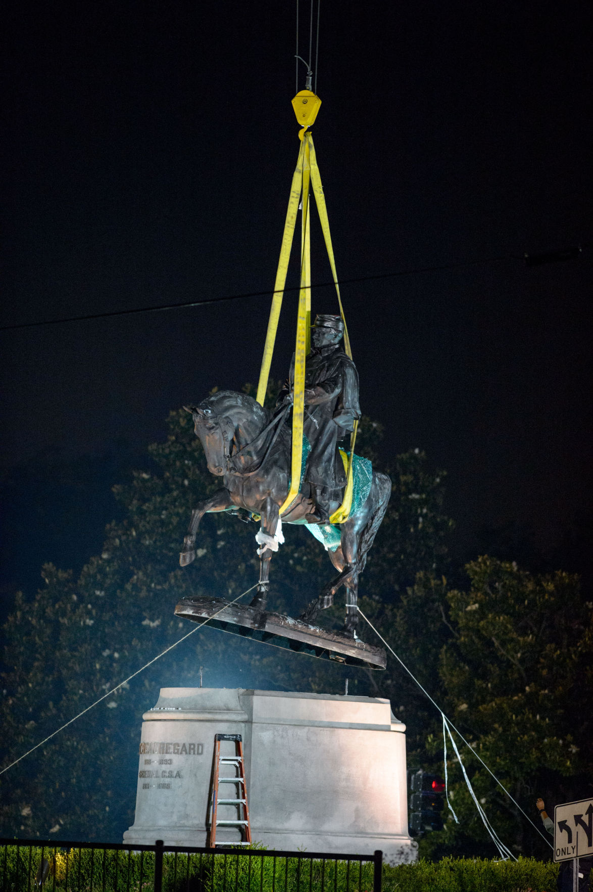 Image of the removal of the General Beauregard Monument in New Orleans