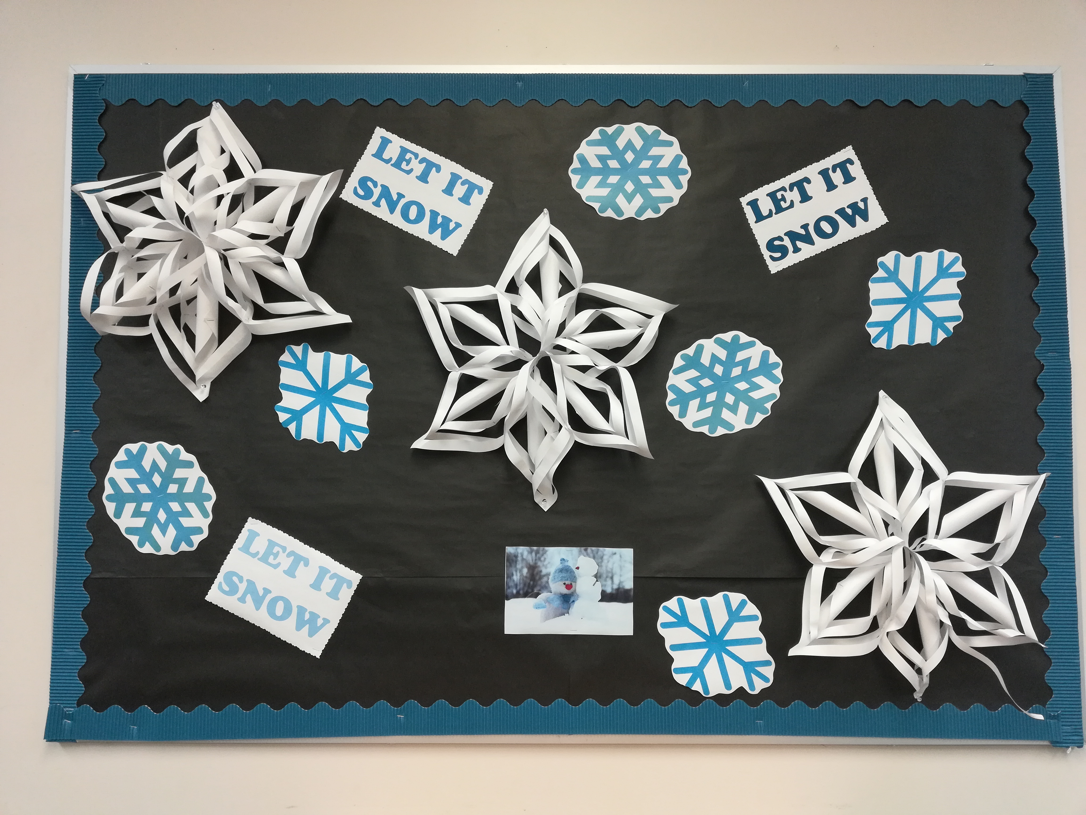"Display with 3D snowflakes and the lyrics ""Let  it Snow"" in different shades of blue on a black background"