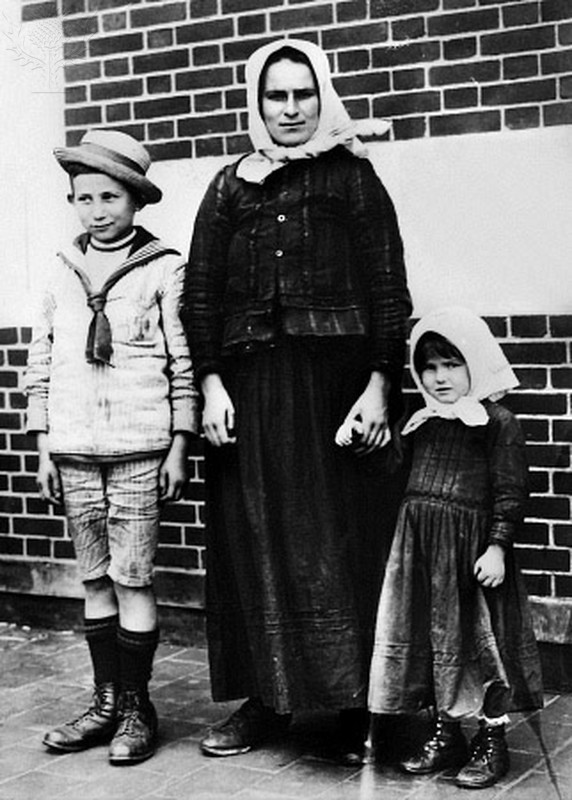 Czech Immigrant to Ellis Island with 2 children