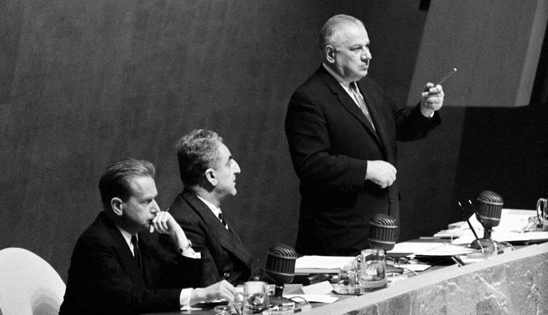 UN Photo 139559: Secretario General Dag Hammarskjold, Presidente de la Asamblea General Dr. Charles Malik (Líbano), y Andrew Cordier del Secretariado.