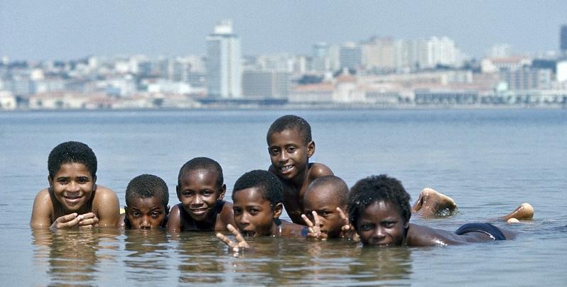 UN Photo # 171153 : Niños nadando en Angola en 1975