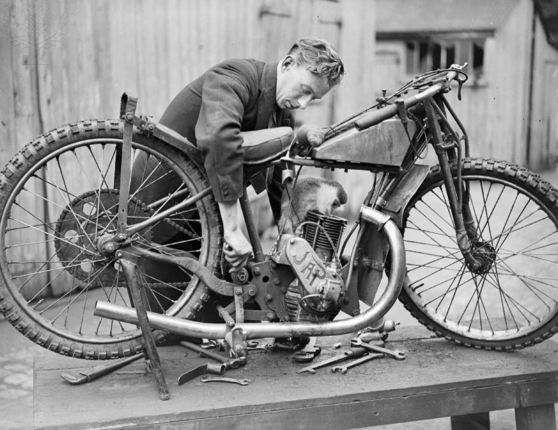 3rd August 1932: The monkey mascot of the Crystal Palace Football Club assists the mechanic to tune Ron Johnson's machine for the England V Australia Test Match at Crystal Palace. (Photo by Fox Photos/Getty Images)