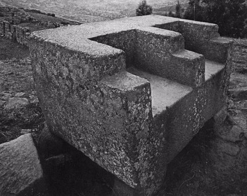 Vilcashuamán usnu pyramid, double seated throne