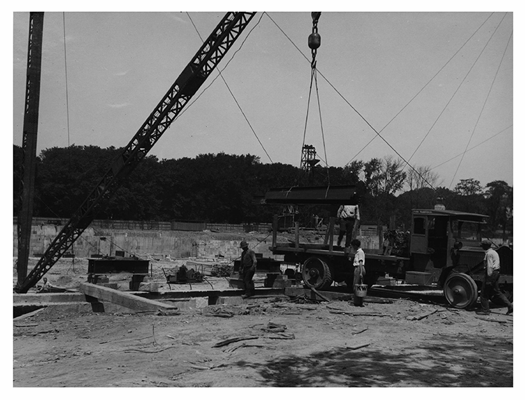 Construction: Unloading the first steel at the DoC