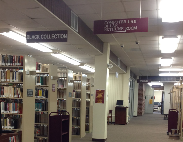Signs pointing to the Library Instruction Lab