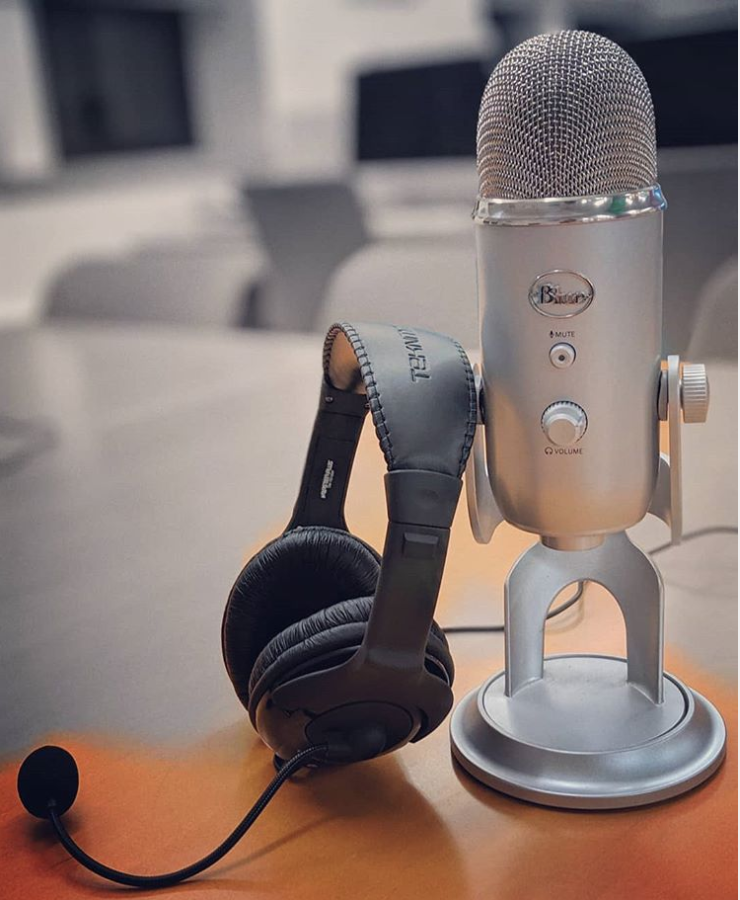 picture of a podcasting microphone and headphones