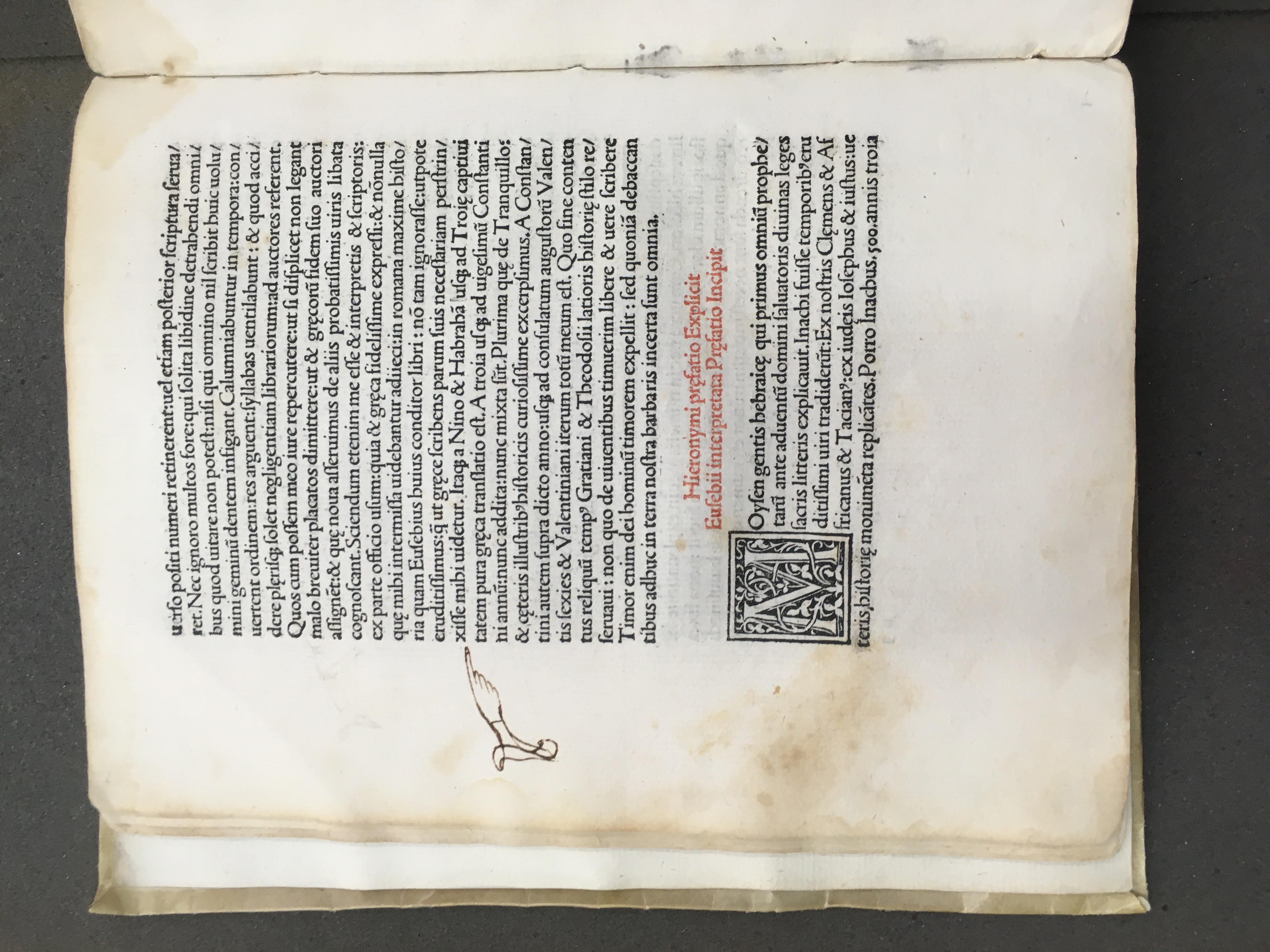 Page from the Chronicon showing a manicule pointing to a line of text