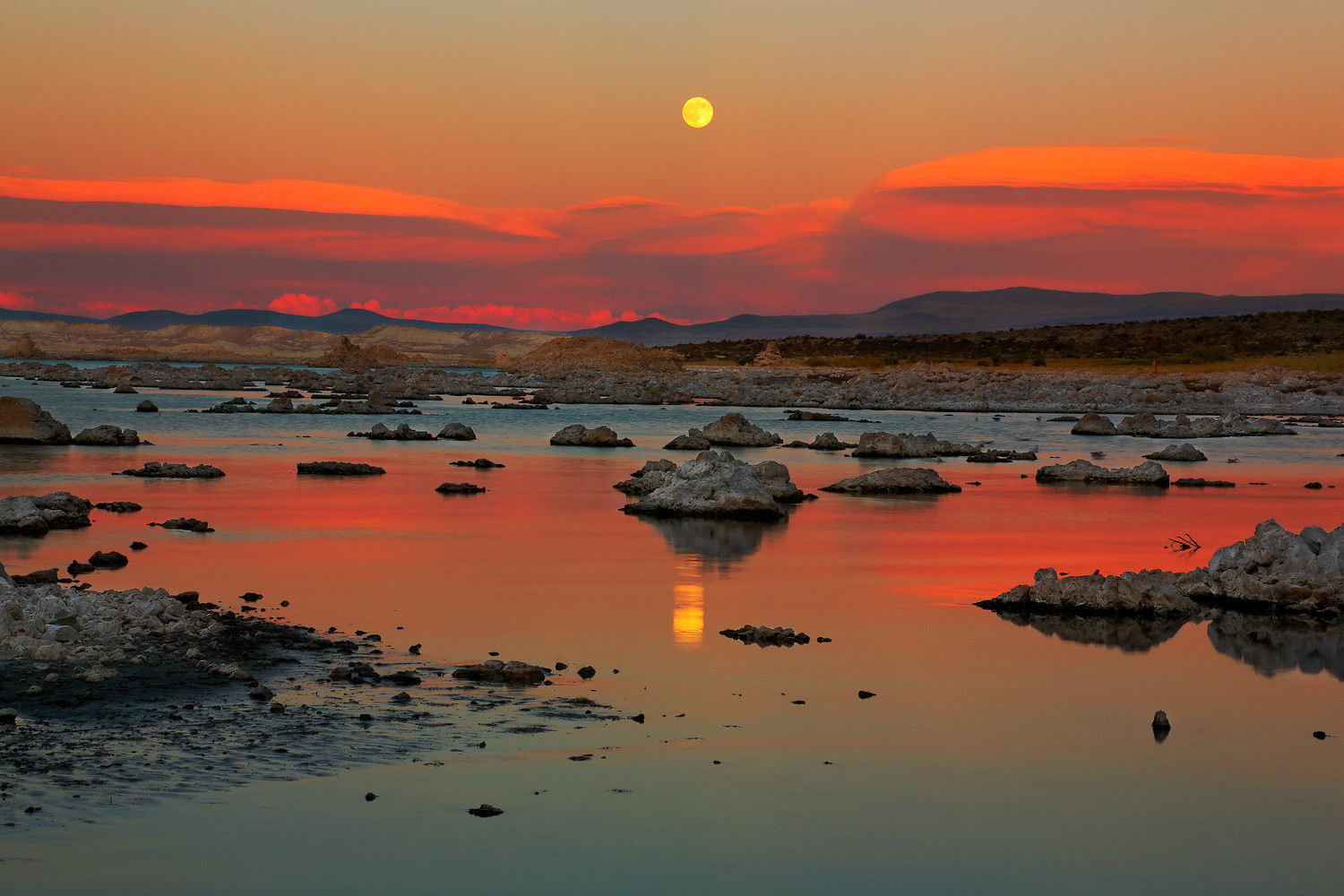 Photo of sunset in Mono Lake, California