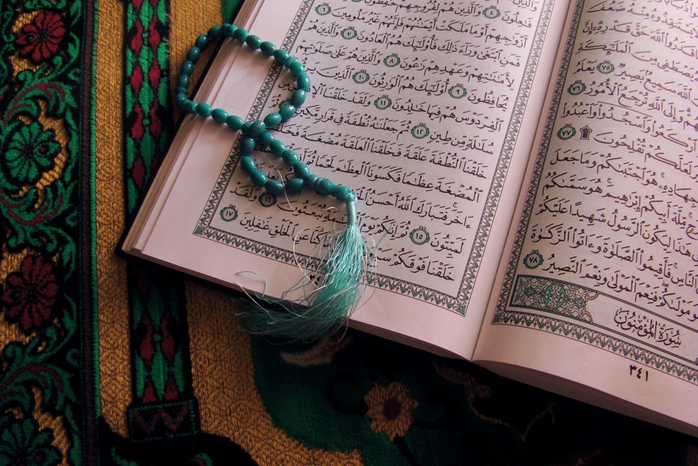 image of the Qur'an with prayer beads
