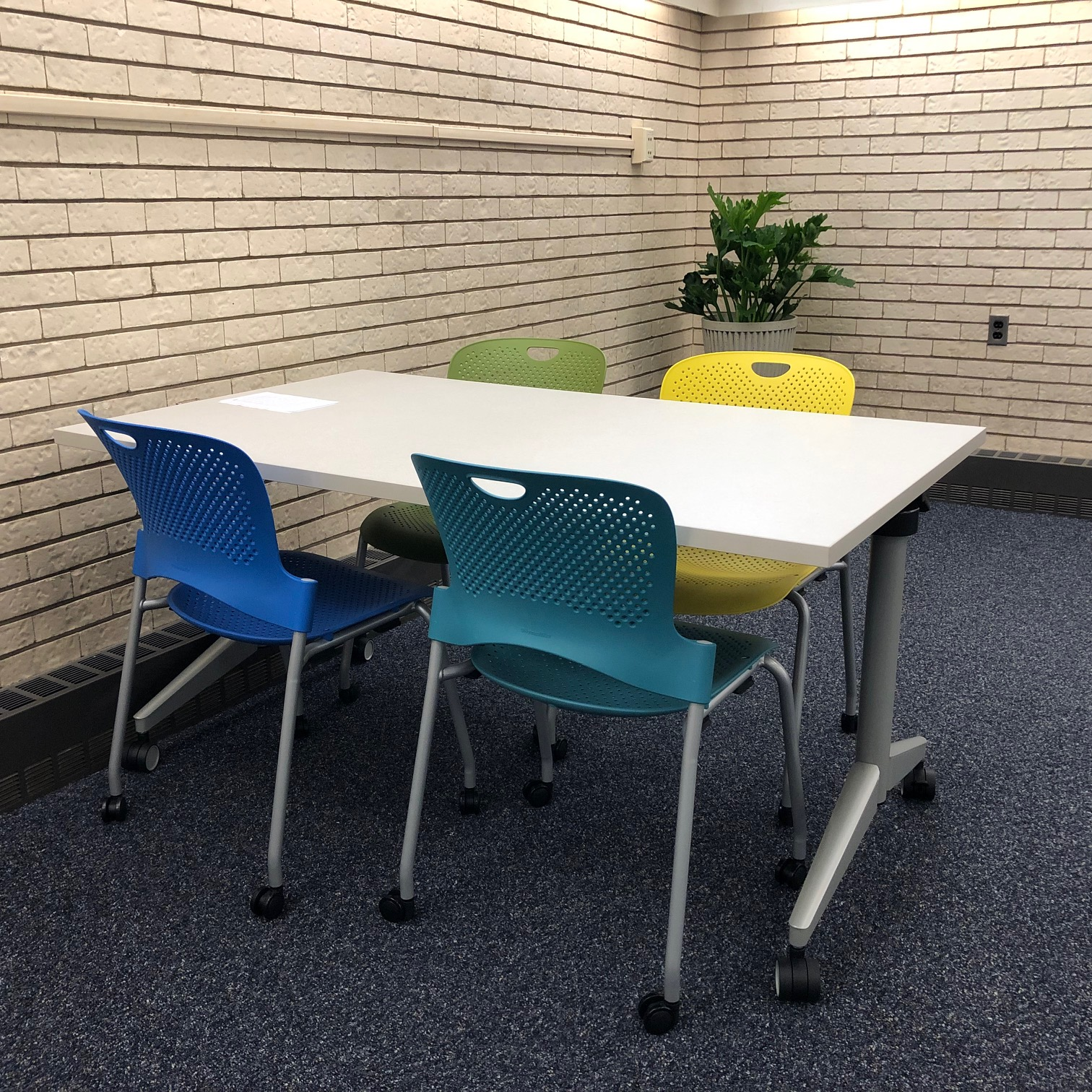 Table & chairs in new Learning Commons