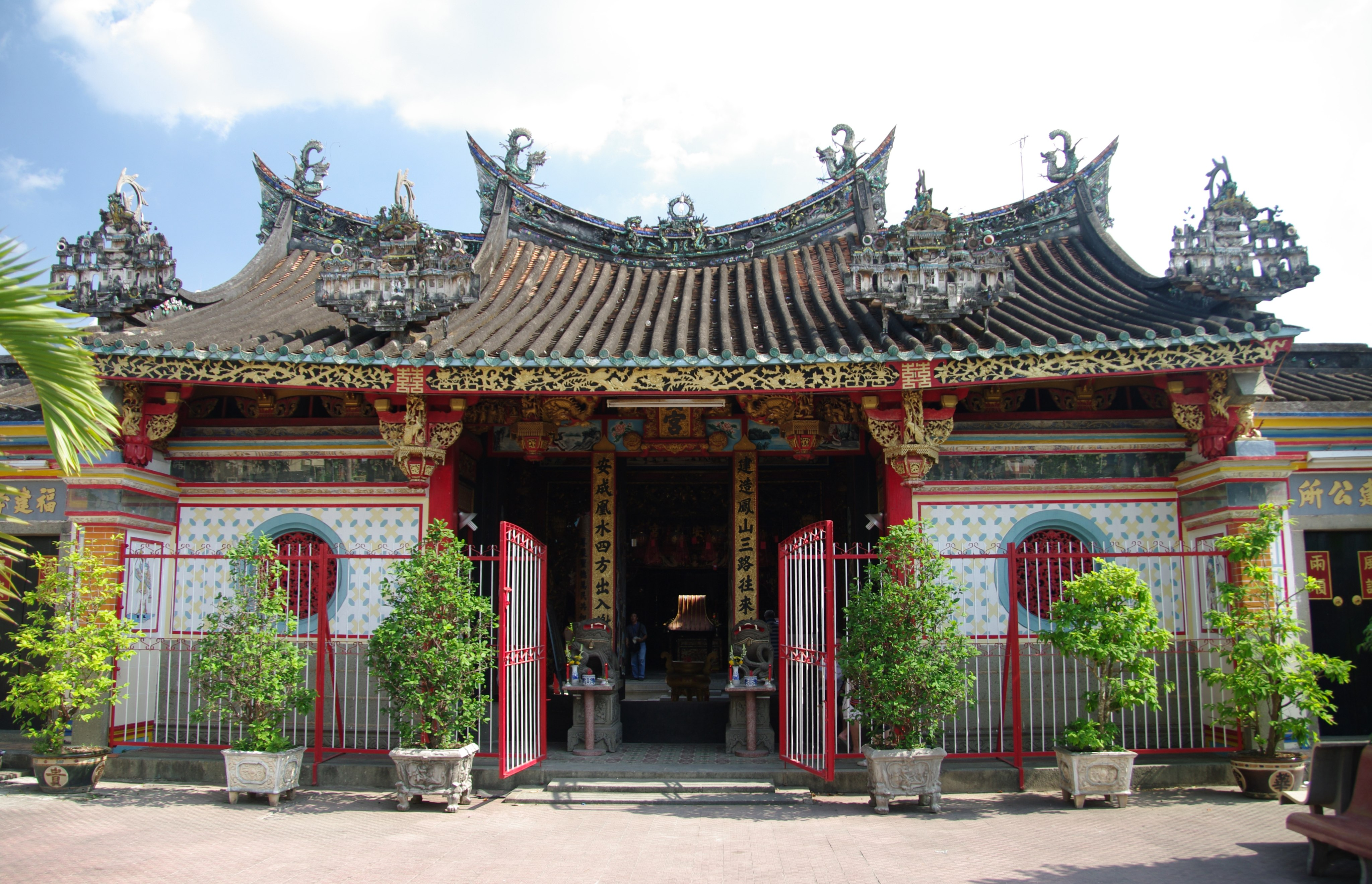 Front building view of fChùa Kiến An Cung