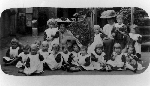 De Lissa with kindy students 1908