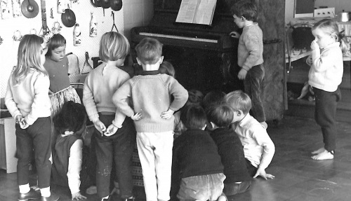 Kids and a piano at a kindy