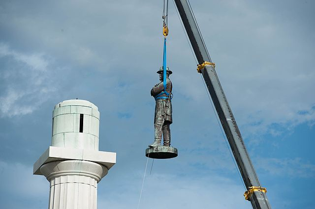 Robert E. Lee monument in New Orleans being removed from its pedestal on May 19, 2017
