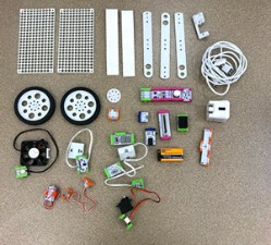 What comes with the steam student set: building boards, wheels, a USB cord, a power outlet, batteries, and conductive bits