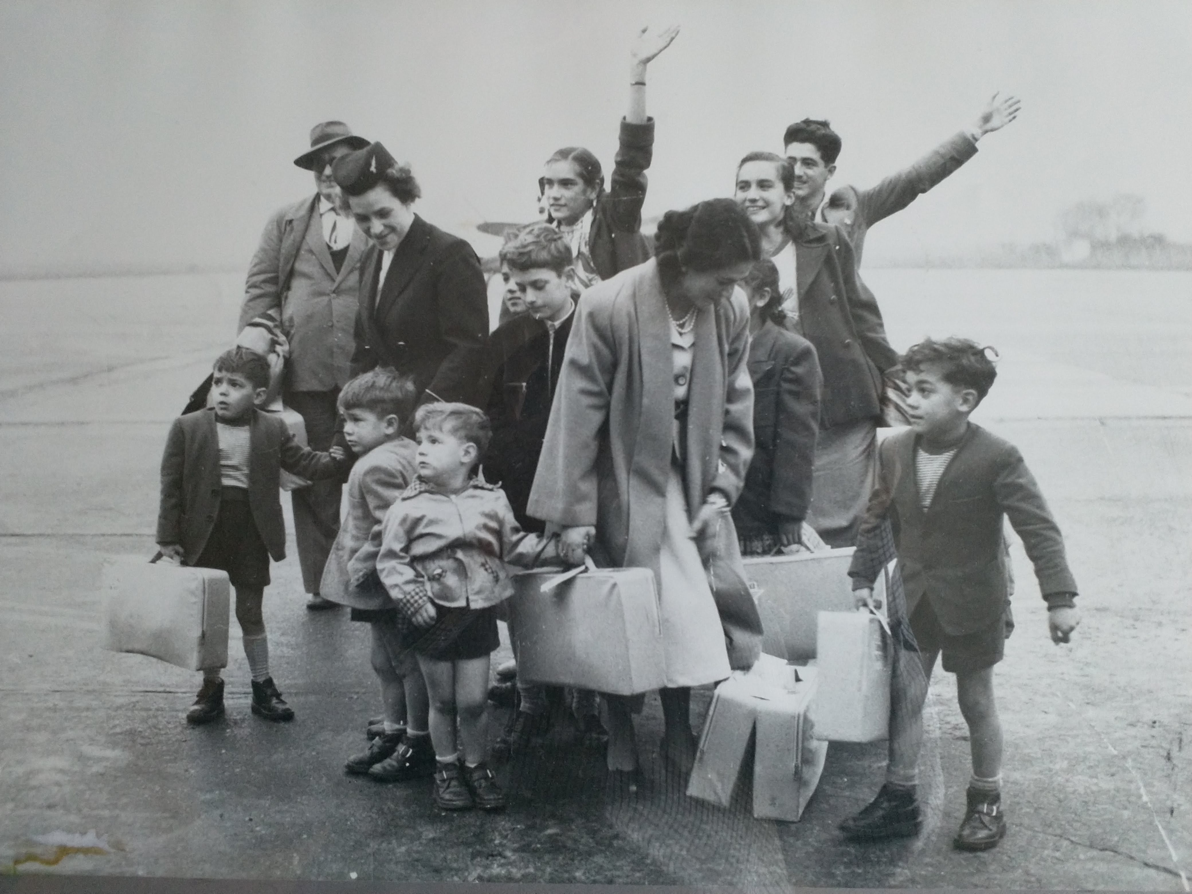 Image of a large family with suitcases