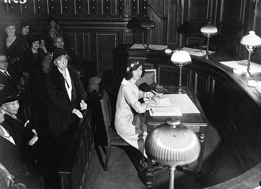 Photograph of Suzanne Lavaud defending her doctoral thesis at the Sorbonne