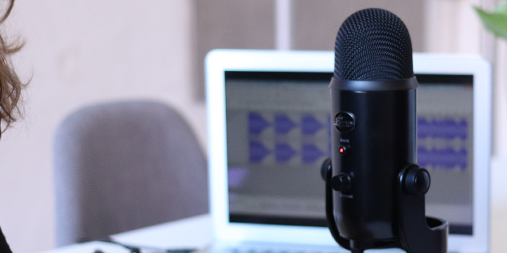 Microphone set up with a laptop