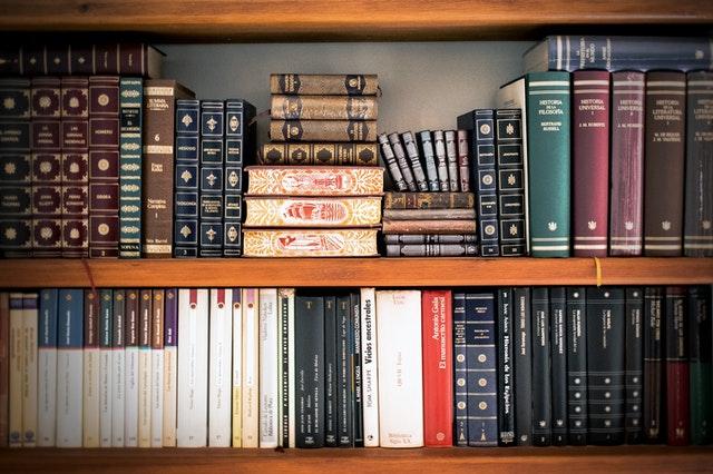 Bokshelf with reference books