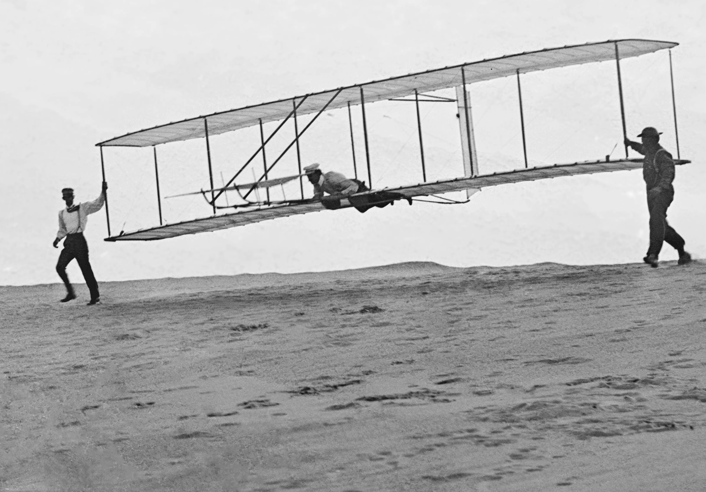 https://commons.wikimedia.org/wiki/File%3A1902_Wright_Brothers'_Glider_Tests_-_GPN-2002-000125.jpg