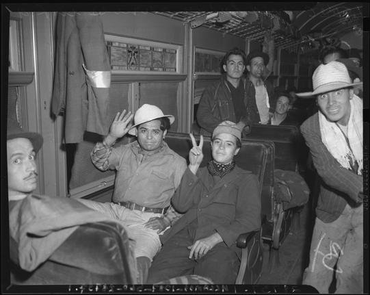 Mexican migrant workers disembark in Los Angeles, 1942