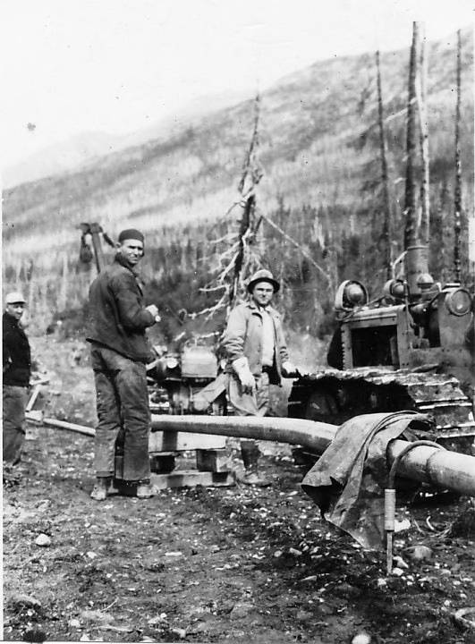 B&W photo, Workers at the pipeline.