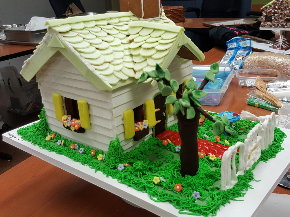 2016 Gingerbread White Picket House - side view
