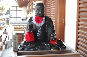 statue at Zentsū Temple