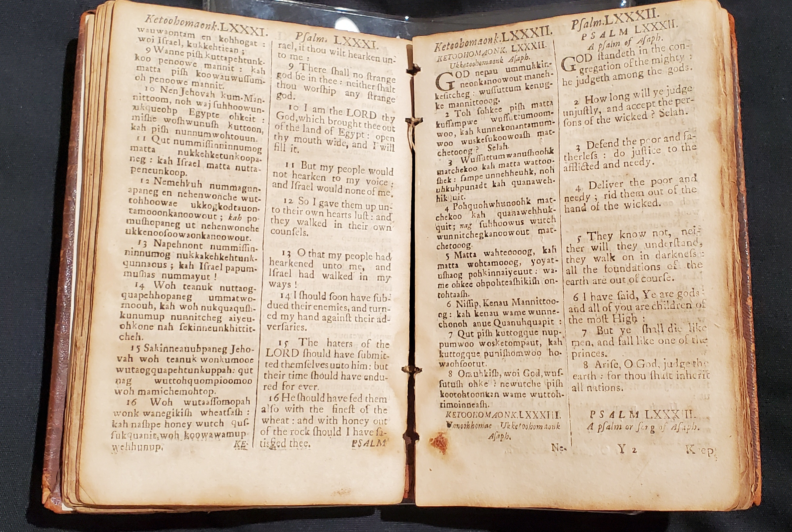 Example pages of the Psalms in Algonquian and English. Each page is split in two with Algonquian on the left and English on the right.