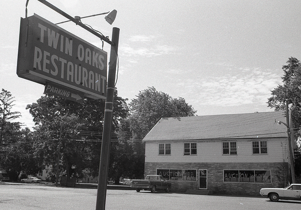 The Twin Oaks restaurant and sign in 1986