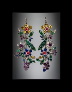 Pair of earrings with colored glass